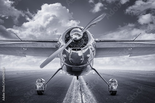 Photo historical aircraft on a runway