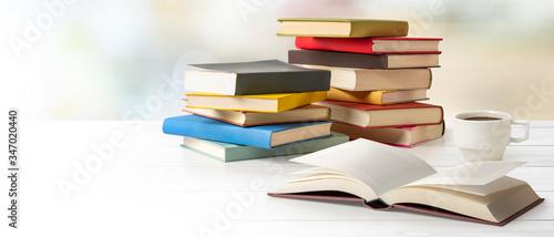 Photo テーブルの上に積み重ねられた本 読書、勉強のイメージ素材