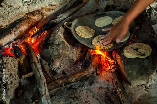 Preparación de tortillas caseras en fogón tradicional de vivienda en Yucatán, México Slika na platnu