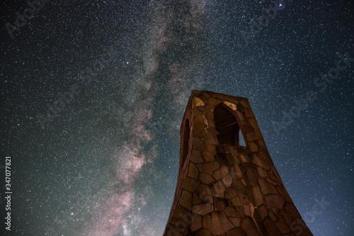 Obraz 夜空に伸びる天の川と美しの塔 - fototapety do salonu