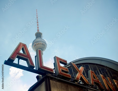 Photo Low Angle View Of Fernsehturm Against Sky At Alexanderplatz In City