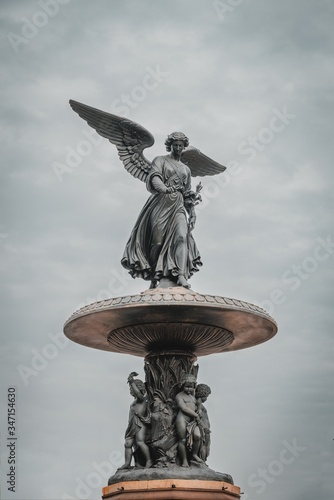 Photo Vertical shot of Bethesda Fountain under a dark cloudy sky in Central Park New Y