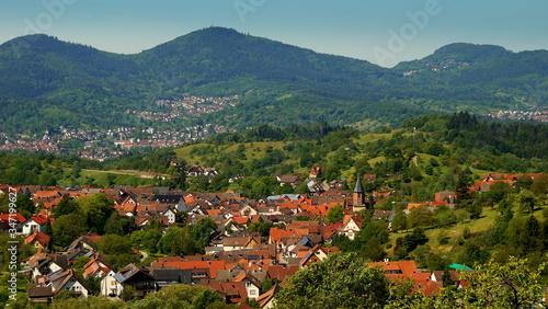Fototapeta herrliches Panorama im Schwarzwald bei Gernsbach mit Wiesen und Bergen unter blauem Himmel obraz na płótnie
