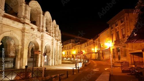 Photo Illuminated Street By Arles Amphitheatre In City At Night