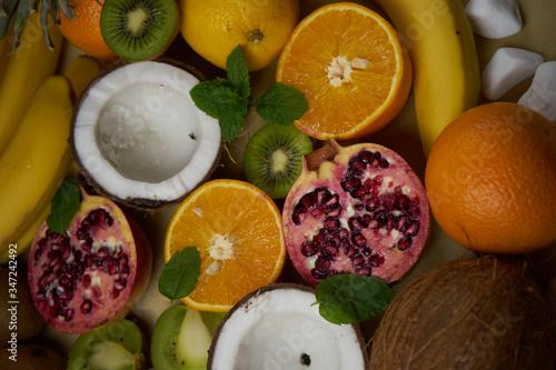 Obraz Owoce w przygotowaniu do pysznej sałatki owocowej. Zbliżenie na strukture owoców i przepiękne kolory. - fototapety do salonu