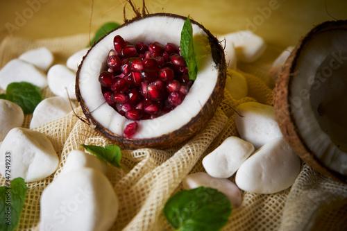 Fototapeta Propozycja podania owocu granatowca w kokosie
