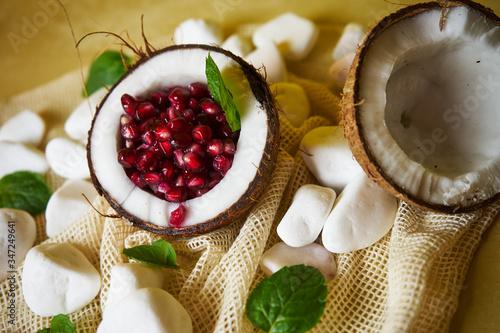 Vászonkép Propozycja podania owocu granatowca w kokosie