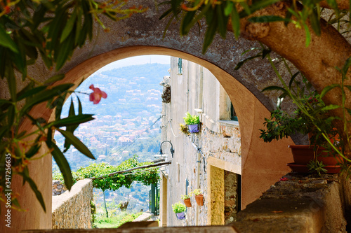 Photo View of a Mediterranean bay from a stone arch of a medieval village in the Ligur