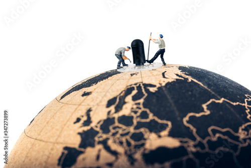 Photo Workers moving globe axis with crowbar