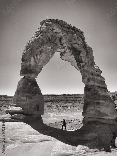 Foto Man Standing By Rock Formation At Arches National Park