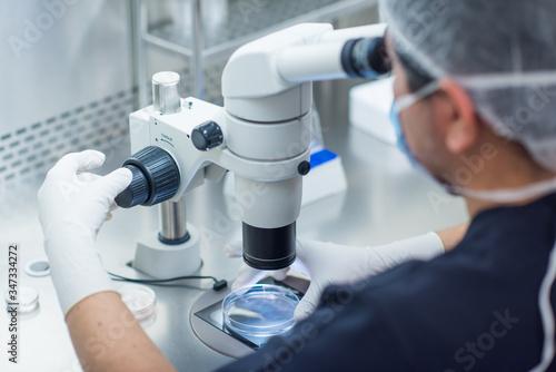 Photo Biólogo con un microscopio en un laboratorio