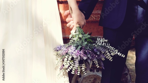 Foto Cropped Image Of Bride And Groom Holding Bouquet