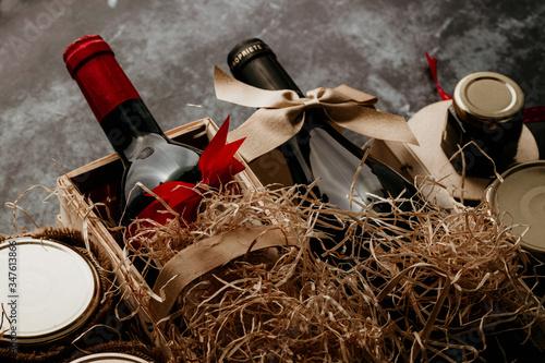 Fotografie, Obraz Cadeau d'affaires : bouteilles de vin et produits gastronomiques