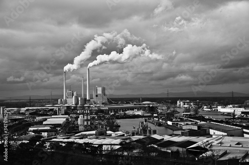 Fotografia High Angle View Of Smoke Emitting From Chimney Against Cloudy Sky