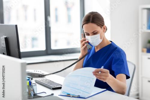 Canvastavla medicine, people and healthcare concept - female doctor or nurse wearing face pr