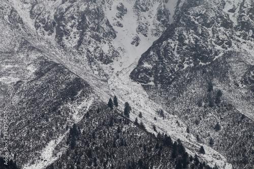 Zamglone góry z ośnieżonymi szczytami