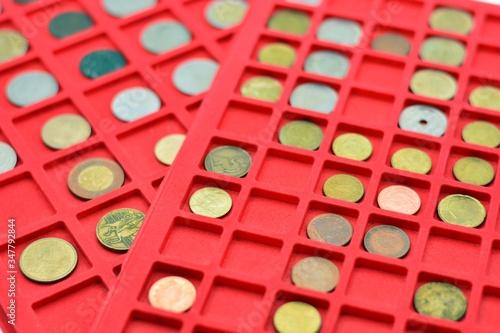 Fotografía colección de diferentes monedas del mundo