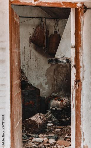 Fotografía bodegón entrada cabaña abandonada