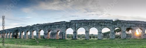 Fényképezés Panoramica laterale dell'acquedotto romano al parco degli acquedotti a Roma col
