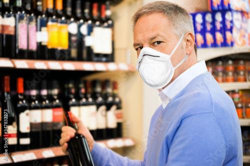 Fotografie, Obraz Man choosing wine