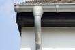 Dachrinne und Regenrohr an der Hauswand, Nordrhein-Westfalen, Deutschland, Europa
