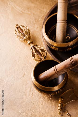 Foto singing bowls, vajra and pendulum for healing