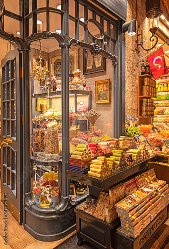 Photo Sweets in the Grand bazaar shops in Istanbul, Turkey