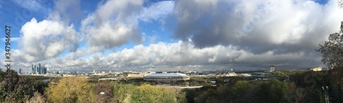 Fotografia Panoramic View Of Observation Deck And Trees Against Cloudy Sky
