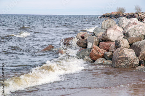 Fotografija View of the stones on the shore and the waves of Lake Ladoga.