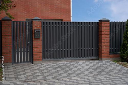Carta da parati automatic sliding metal gate with metal grey picket