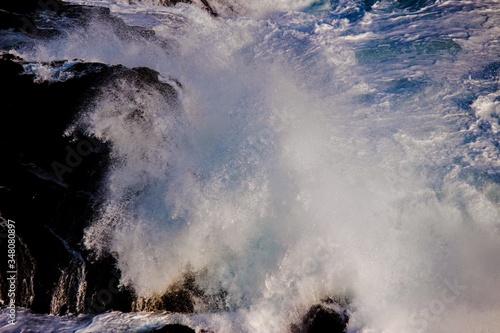 Fotografia Low Angle View Of Waves Crashing On Rocks