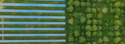 Photo Aerial top down photo of solar panels PV modules mounted on flat roof photovolta