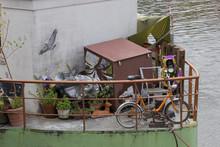Kleines Fahrrad Und Diverser Hausrat Auf Einem Hausboot
