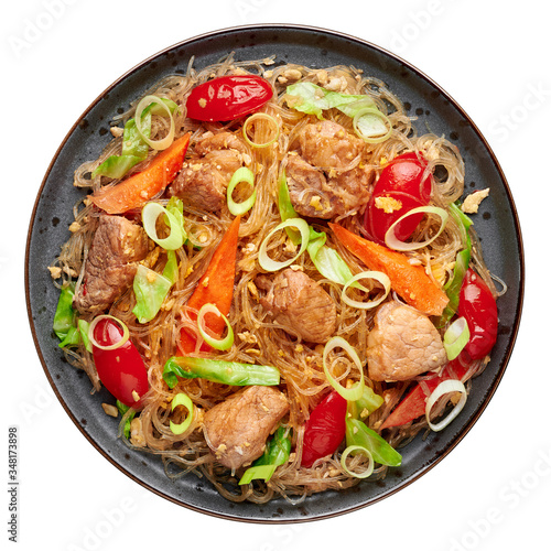 Fototapeta Pad Woon Sen or Thai Pork Glass Noodle Stir-Fry in black plate isolated on white backdrop. Pad Woon Sen is a Thai cuisine dish of glass bean noodles, meat, tomatoes, carrots, egg, sauces. Thai Food. obraz