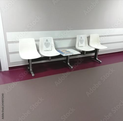 Obraz salle d'attente , mise en place des gestes barrières  - fototapety do salonu