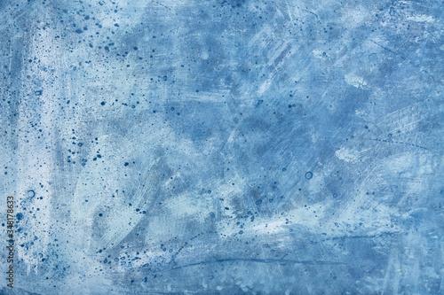 Tło z teksturą namalowane farbami w kolorach niebieskich, białych. Plamy, paski, pociągnięcia pędzla. Flatlay. Widok z góry