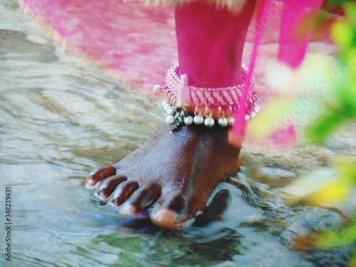 Photo Low Section Of Girl Wearing Anklet Standing In Water