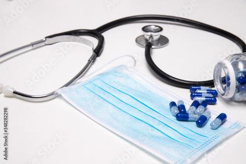 Obraz stetoskop z maseczką i leki na białym tle sprzęt lekarza internisty  - fototapety do salonu
