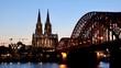 Kölner Dom und Hohenzollernbrücke im Sonnenuntergang am Abend