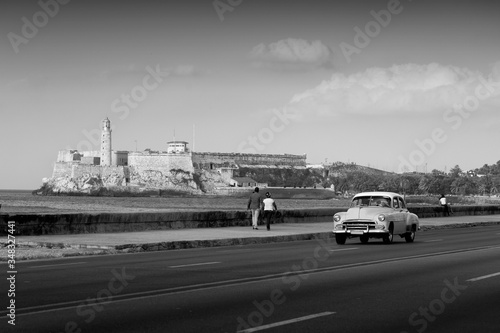 Photo Classic old car on streets of Havana, Cuba