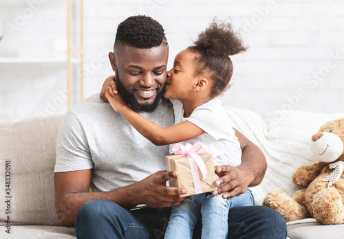 Fotografia Beautiful preschool afro girl greeting her father at home