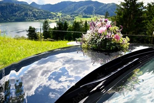 Decorated Wedding Car By Lake At Bavarian Alps Fototapet