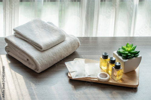 Photo Set of hotel amenities (such as towels, shampoo, soap etc) on the bed
