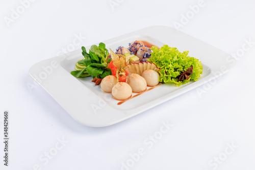 Fototapeta Sushi, danie kuchni japońskiej, podane na białym talerzu, dodatki warzywa i sałaty. obraz