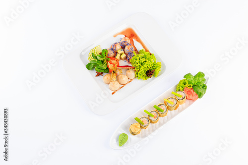Fototapeta Sushi na białym talerzu, na jasnym tle. obraz