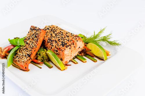 Fototapeta Łosoś w stylu japońskim, sushi w sezamie oraz warzywne dodatki. obraz
