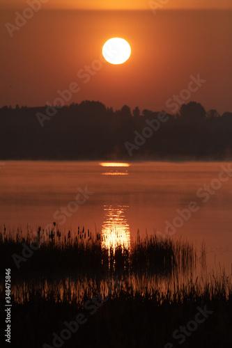 Fototapeta Wschód słońca nad jeziorem w świerklańcu. obraz