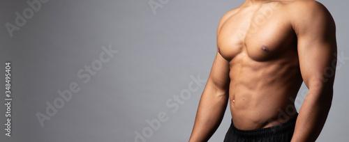 Muskulöser Männerkörper mit Raum für Text