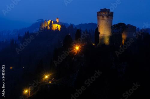 Italian Medieval skyline between day and night Fototapete