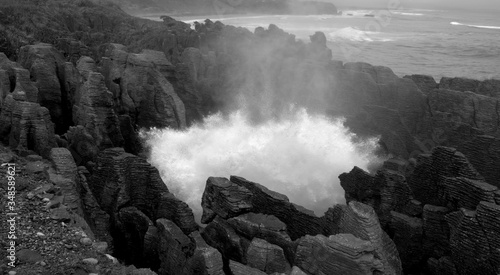 The sea crash into the blowhole of Pancake Rocks, New Zealand Fototapet